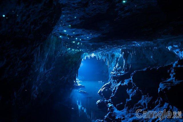 石灰岩洞里闪闪的萤火虫